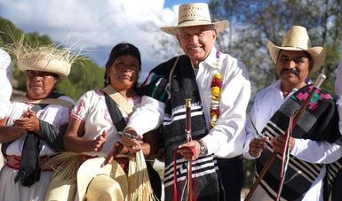 La gente está gobernando en México, afirma presidente al inaugurar caminos de concreto en San Antonio Sinicahua